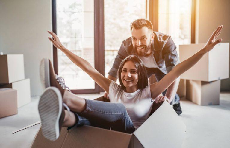 pareja feliz haciendo la mudanza y jugando pasandoselo bien