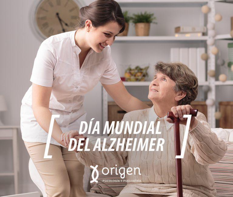 mujer joven profesional de la psicología asistiendo a persona mayor con alzheimer