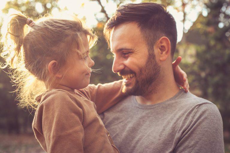 padre e hija mirándose felices jugando y disfrutando
