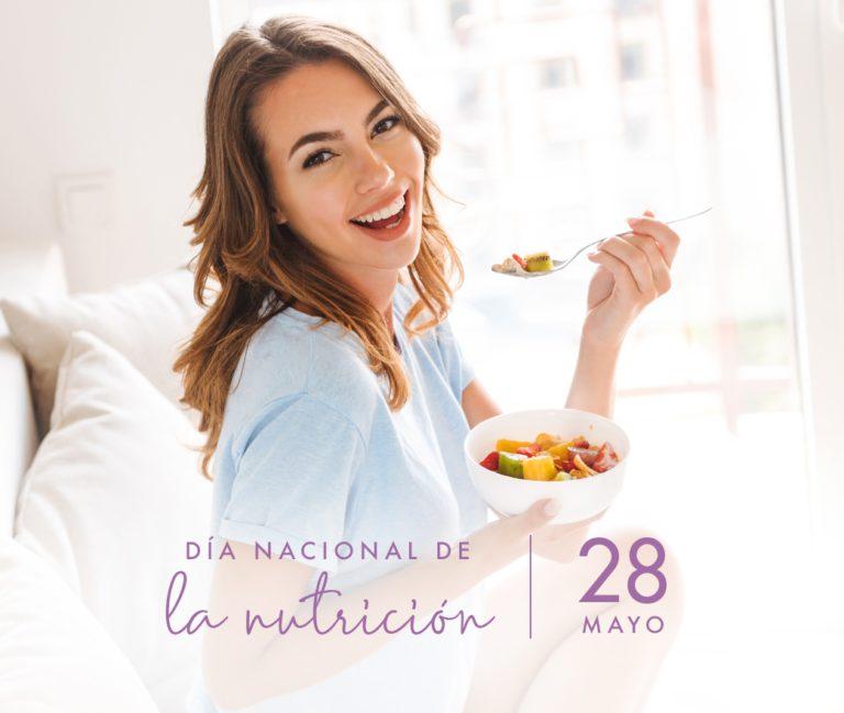 mujer feliz comiendo comida sana. Día nacional de la nutrición.
