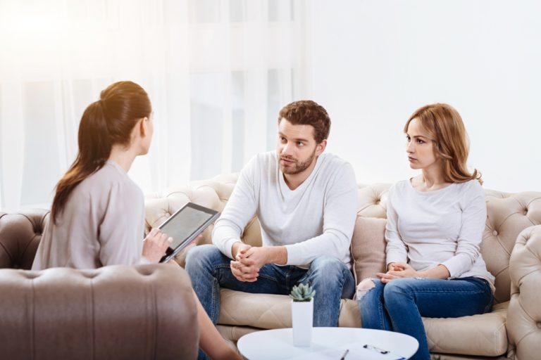 consulta psicológica de pareja con una terapeuta.